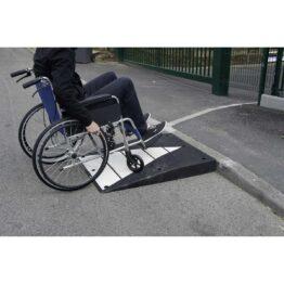 Rampa de acceso para minusválidos, zonas de paso de carros