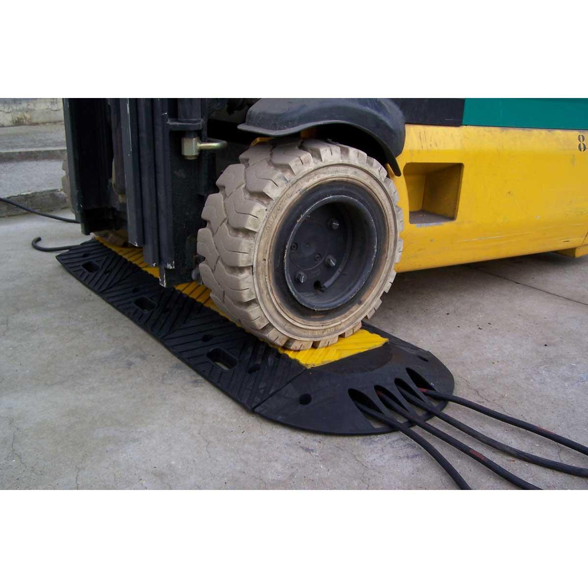 Protector de cables para paso de vehículos pesados
