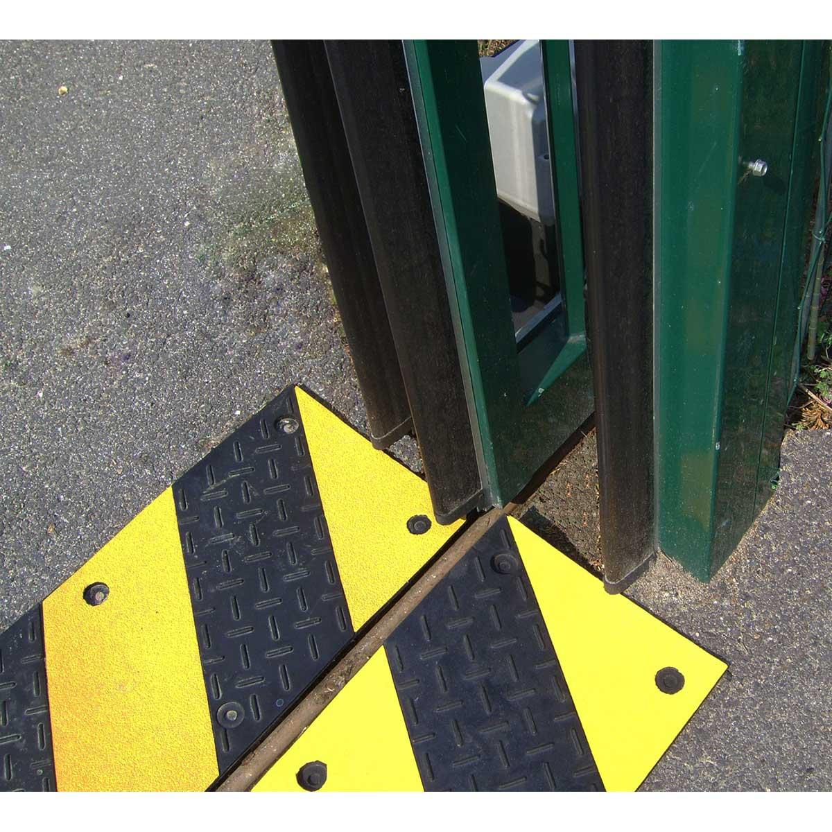 Espejos con bandas reflectantes para salidas o intersecciones Fabricado en policarbonato con bandas reflejantes rojas. Espejo convexo anti-rotura. Para la utilización en vías públicas, parking interiores o exteriores, cruces de visibilidad reducida, etc.