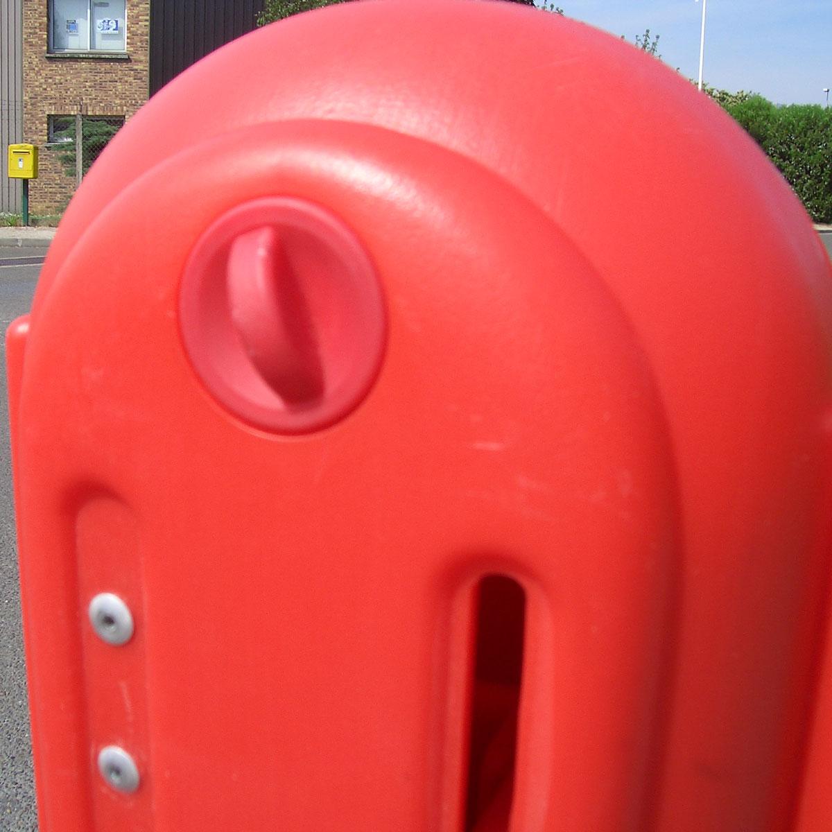 Barrera plástica extensible con depósito de lastre