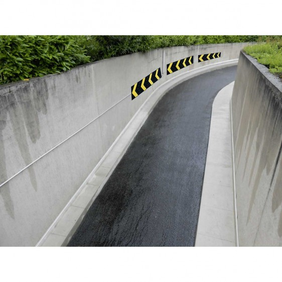 Protección de pared en curva con señalización direccional