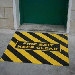 Señal de suelo antideslizante para salida de incendios